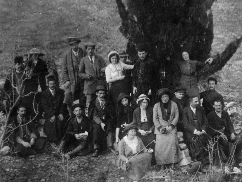 מסורת חדשה לתשעה באב? יצחק בן־צבי (יושב משמאל), דוד בן־גוריון (עומד צמוד לעץ) וחבריהם לרגלי 'ארז הרצל', 1912