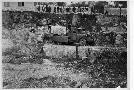 משאית מעמיסה אבן