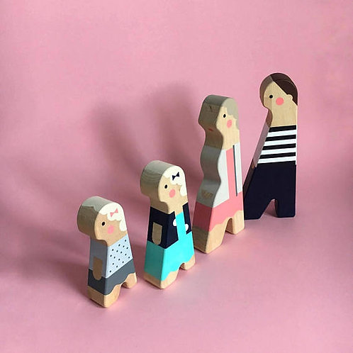 Personalised wooden dolls of 4 characters, custom family figures from Myminifam