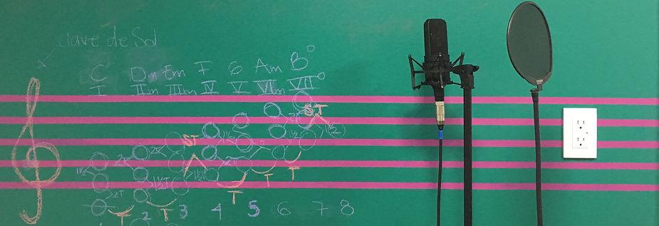 Pizarrón con petagrama, notas musicales y mirófon