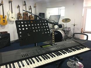 Nuestros Instrumentos: Teclado, batería, guitarra, bajo, canto, etc.
