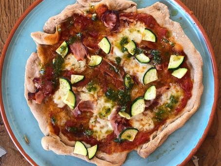 Dinkelpizza im Frühling - ein essbarer Teller