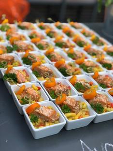 Avocado-Mango-Lachs-Salat-Fingerfood-Catering