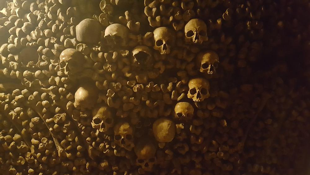 עצמות וגולגולות המסודרות בצורת לב הנמצאות מתחת לאדמה בקטקומובת בעיר פריז