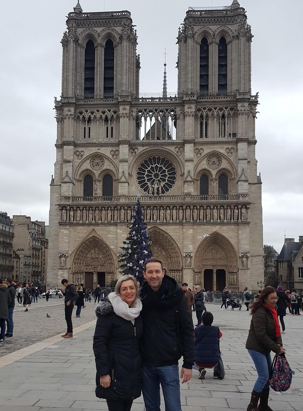 קתדרלת נוטרדאם עם עץ אשוח המוצב לפניה בתקופת חגי חג המולד בעיר פריז