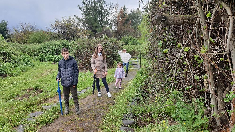 מסלול הליכה בנחל שניר, משפחה מטיילת