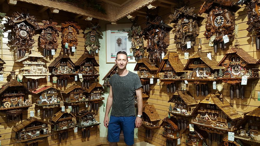 חנות שעוני הקוקיה הנמצאת בטריברג לא רחוק משעון קוקיה הגדול בעולם