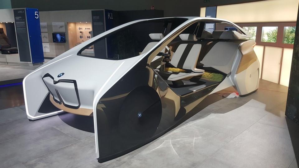 מוזיאון ב.מ.וו BMW בעיר מינכן רכב חזון העתיד של החברה