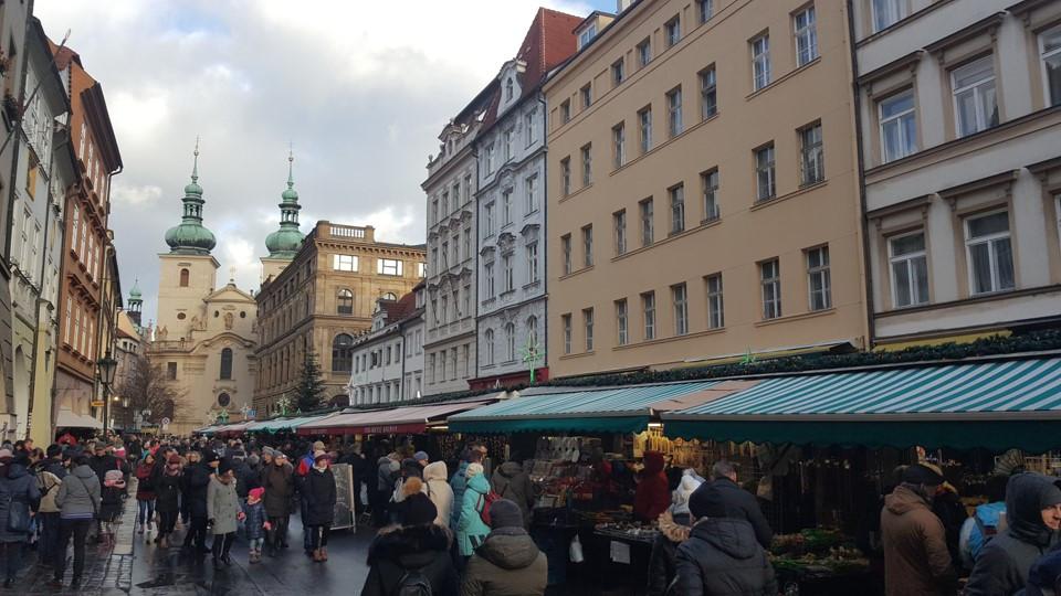 שוק חג מולד בעיר פראג בצמוד לכיכר הראשית של העיר העתיקה