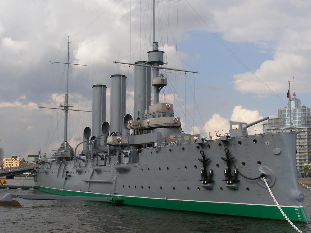 סיירת מוגנת של הצי הרוסי הקיסרי לשעבר - אברורה הניצבת על נהר נייבה בסנט פטרסבורג