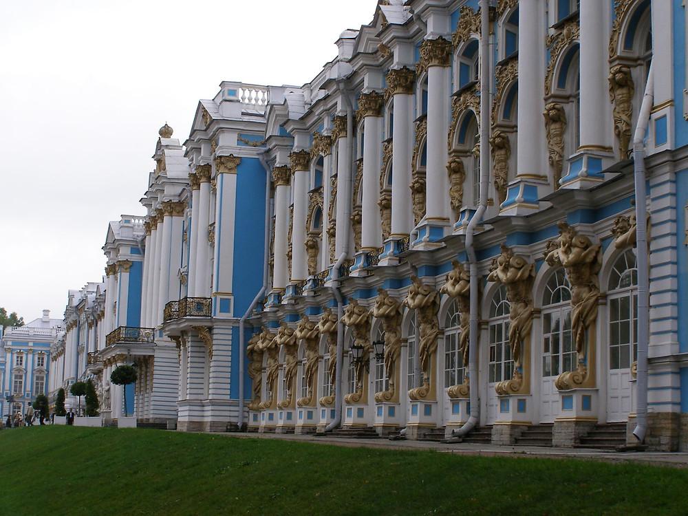 ארמון יקטרינה עם חדר הענבר המפרסם בעיירת פושקין צרסקויה סלו הנמצא לא רחוק מעיר סנט פטרסבורג