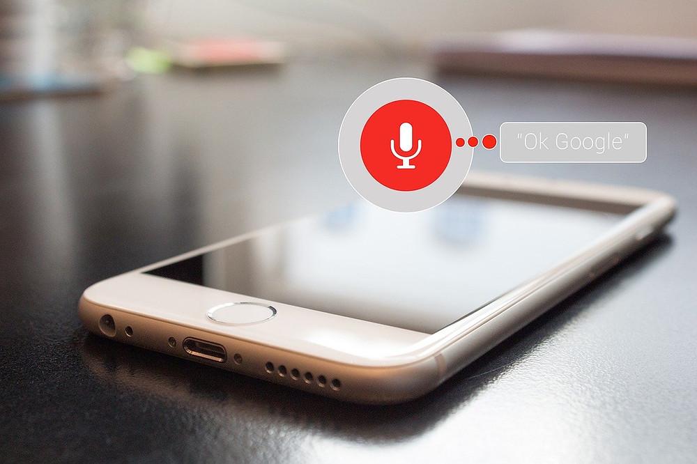 טלפון עם הפעלת עוזרת גוגל קולית