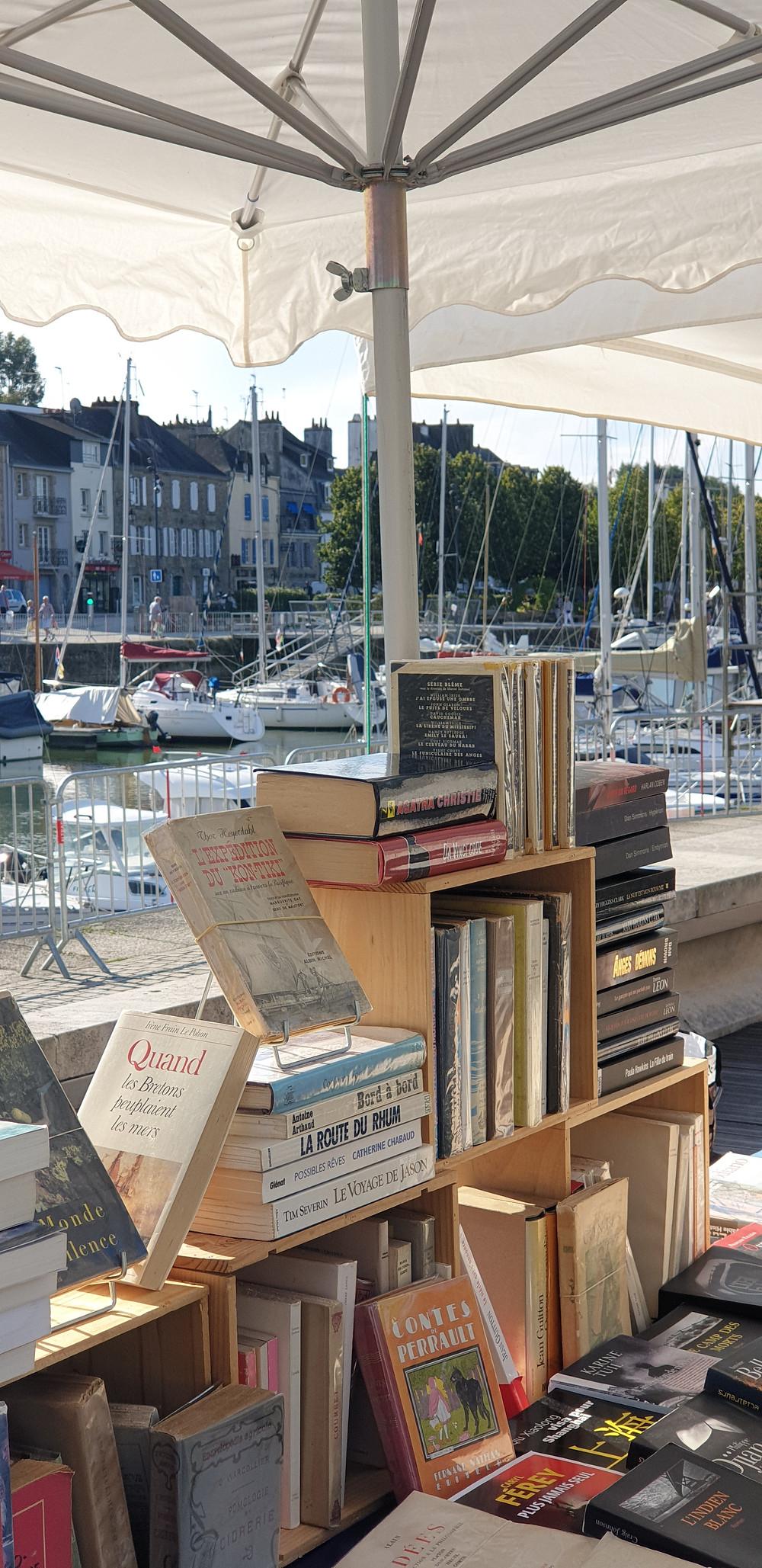 Quai du livre à Vannes septembre 2019 livres anciens cartes postales vinyles sur le port de vannes Morbihan