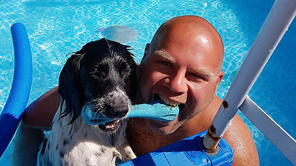 Magnus Hinge hundeven hundekærlighed professionel hundelufter leger med hundene i hundehaven hundedagplejen hundebørnehaven daycare for dogs. Hunde fra Frederiksberg, København, Lyngby, Gentofte, Hellerup, Charlottenlund, Klampenborg, Rudersdal, Østerbro, København og Christianshavn. Professionel hundelufter elsker hunde.