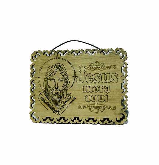 Placa de Madeira Jesus Mora aqui