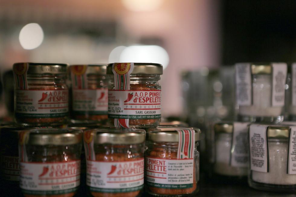 Le piment d'Espelette AOP sélectionné par Oliviers & Co  Souvent utilisée à la place du poivre, cette épice associe à un léger piquant, des arômes de fruité et de grillé.