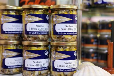 Kerbriant  Petit atelier qui conditionne les meilleures sardines (millésime – nom du bateau) et les sardines debout quand il y en a, il faut en profiter.