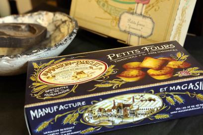 La Maison du Biscuit  La famille Burnouf, cinq générations de biscuitiers En 1990, La Maison du Biscuit est créée et grâce au savoir – faire artisanal perpétué par des livres de recettes précieusement conservés, toute une gamme de spécialité revoit le jour.  Petits Fours Financiers, petits moelleux et fondants au 40% de pâte d'amande.