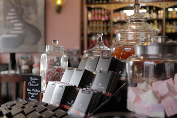Maison Le Roux  Henri le roux, notre grande fierté. Le Guide du Chocolat l'a élu 5ème meilleur chocolatier de France dans le cercle très fermé des grands chocolatiers.  Nous sommes les seuls dépositaires sur toute la côte nord Bretagne.