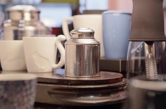 Toute une gamme d'accessoires pour le thé et le café.  Il y a les classiques toujours disponibles et des nouveautés à ne pas manquer.