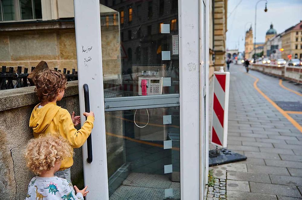Ausflug mit Kindern in München Telefonzelle an der Ludwigstraße
