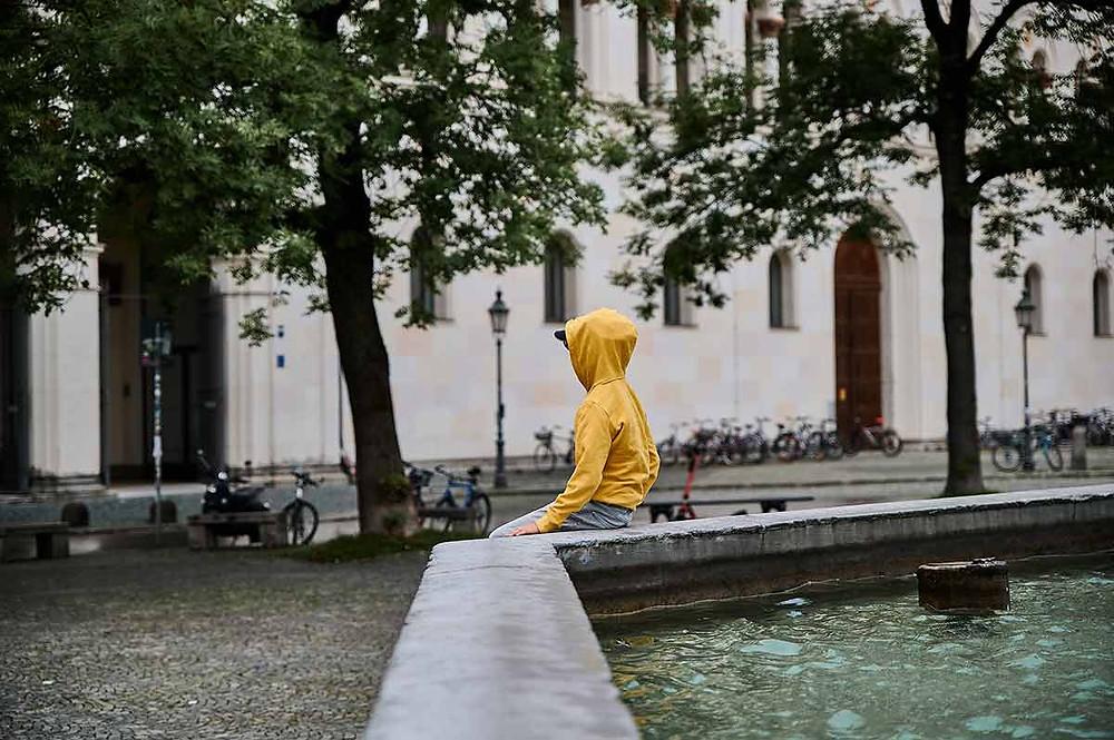 Ausflug mit Kindern in München am Geschwister-Scholl-Platz Brunnen Universität