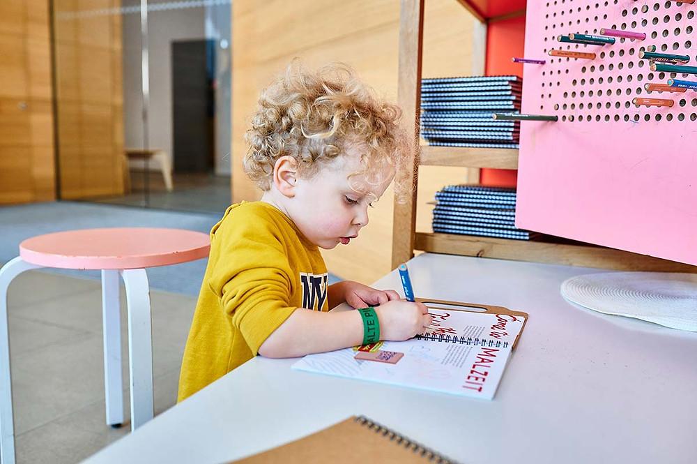 Kind mahl im Kreativheft von Museum Brandhorst in München