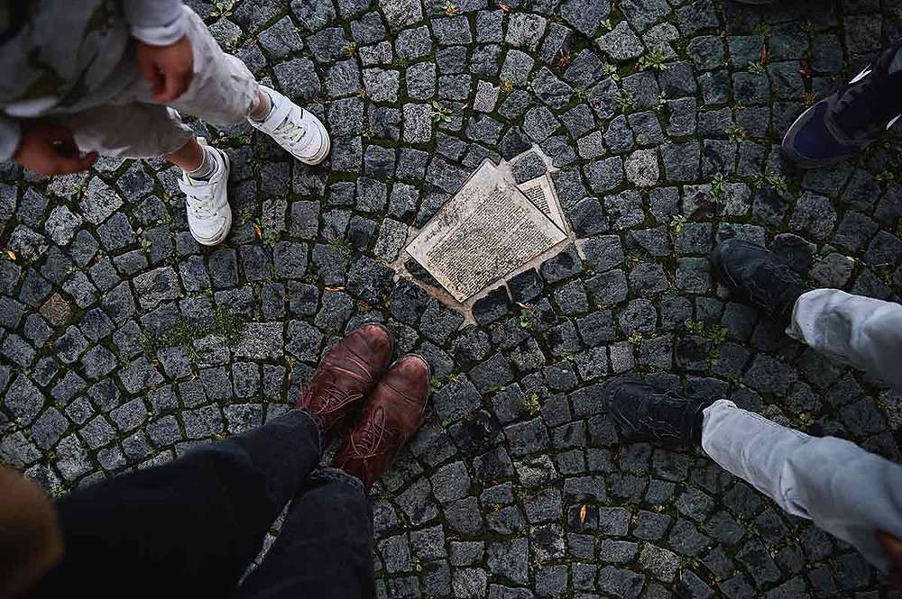 Ausflug mit Kindern in München am Geschwister-Scholl-Platz Universität Mahnmal Weiße Rose