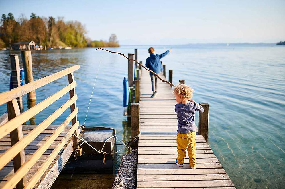 Familienausflug zum Starnberger See in Pöcking am Seeuferweg bei München - Steg der Roseninsel Fähre