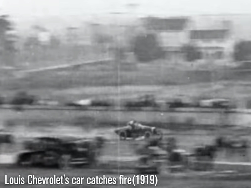 Detalhe do carro de Louis Chevrolet em chamas