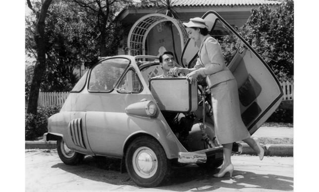 Eva Wilma e John Herbert, estrelas da época, em um anúncio da Romi-Isetta