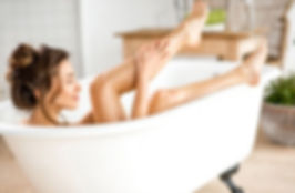 Prendre soin de sa peau avec une lotion anti peaux mortes et un crème hydratante.