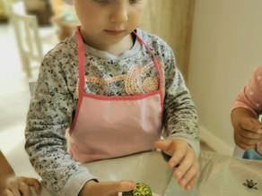 Ko vaikai išmoksta gamindami maistą?
