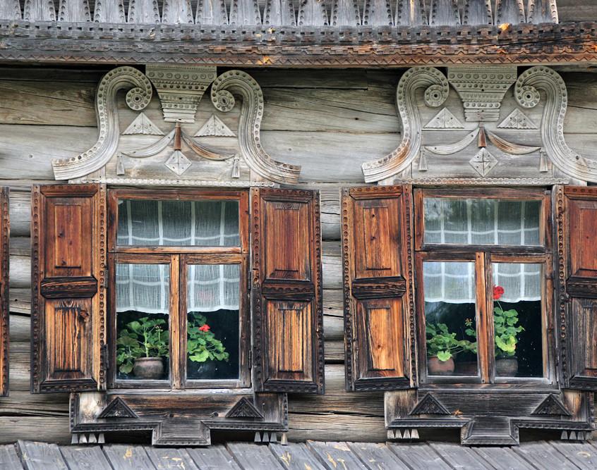 Окна в избе на территории музея