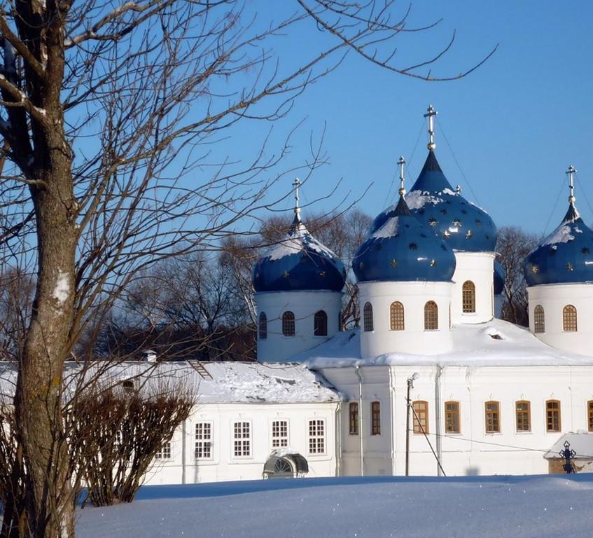 Крестовоздвиженский собор зимой