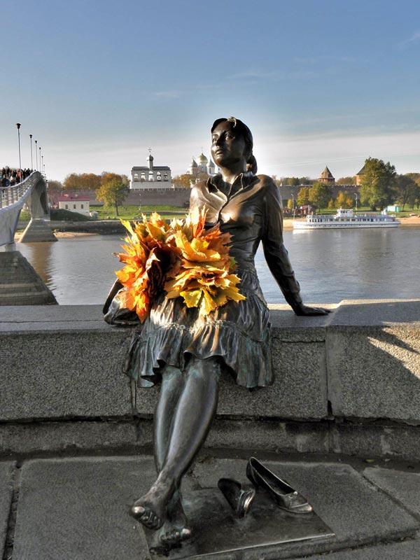 Памятник туристке. Уставшая туристка