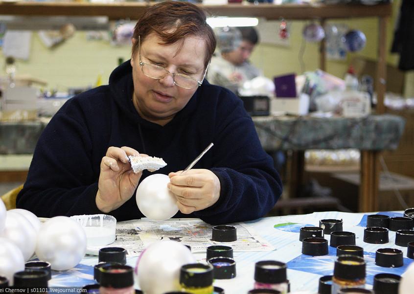 Художник на фабрике елочных игрушек
