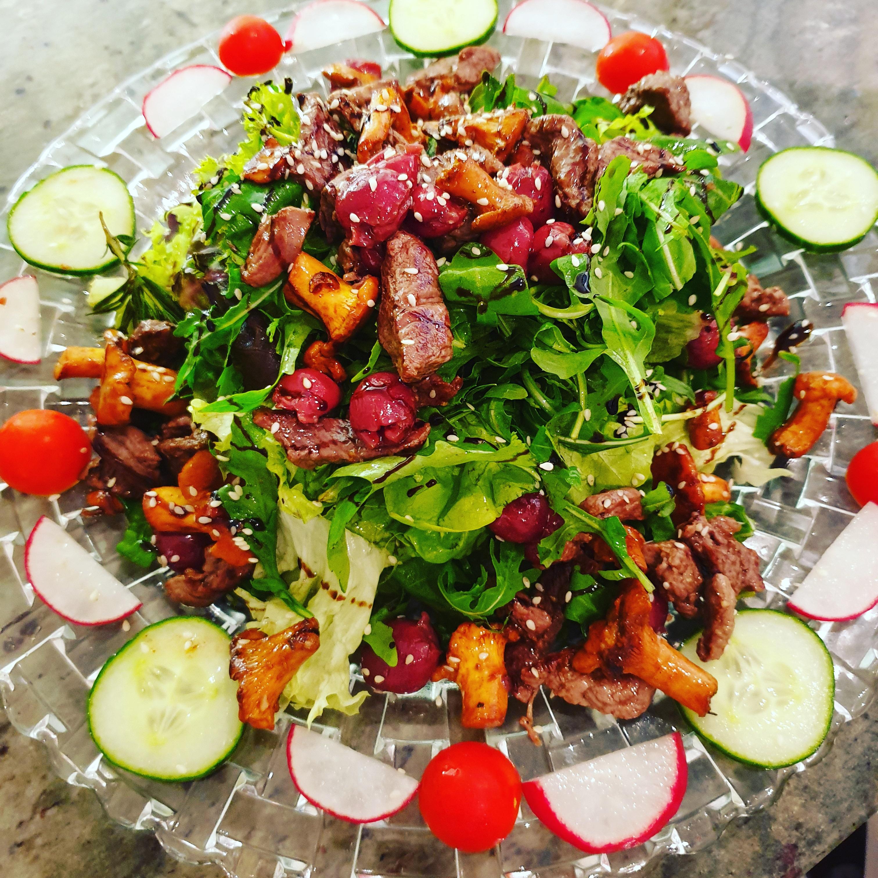 Salatteller mit Rinderfiletstreifen und
