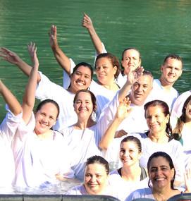 Batismo no Rio Jordão, Israel.