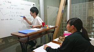 大学受験に向けて数学を教えている集団授業