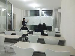 広々な教室で集中して授業を受けます