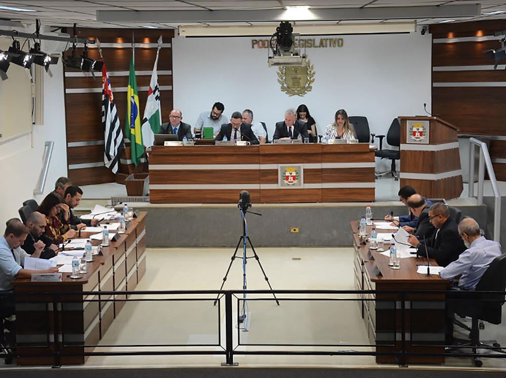 Jornal Tribuna de Vinhedo - Projeto que dava ao prefeito poder de decisão sobre faixas publicitárias é reprovado