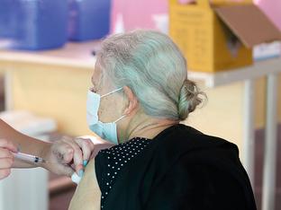 Com falta de doses, vacinação de idosos com mais de 85 anos é adiada para dia 25
