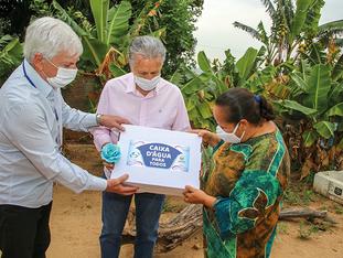 Prefeitura e Sanebavi entregam o primeiro kit do Programa Caixa d'Água para Todos