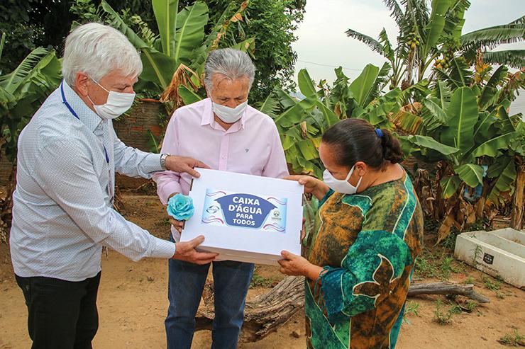 Prefeitura e Sanebavi entregam o primeiro kit do Programa Caixa d'Água para Todos VINHEDO