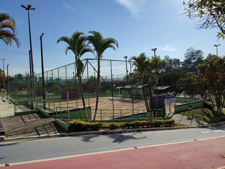 Quadras e pistas de caminhada e skate estão liberadas para prática de esportes LOUVEIRA
