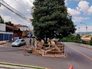 Obra no antigo deque bloqueia conversão à esquerda na Avenida José Niero