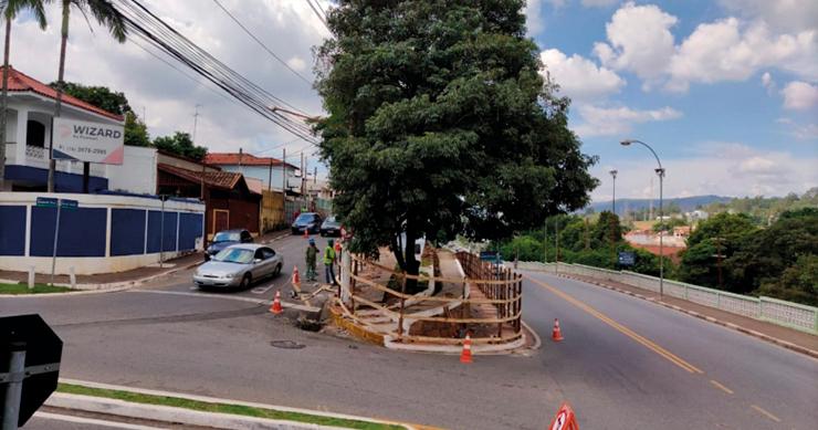 Obra no antigo deque bloqueia conversão à esquerda na Avenida José Niero LOUVEIRA