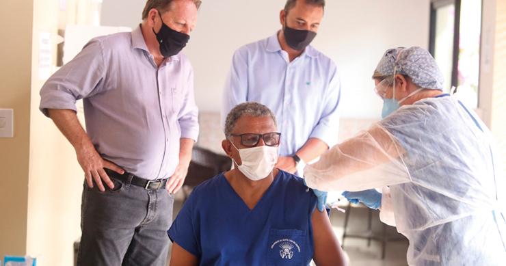 Louveira inicia vacinação contra covid-19 LOUVEIRA
