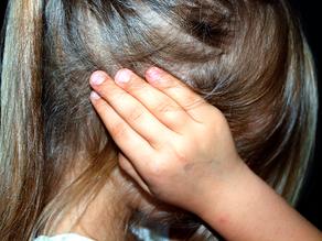 Mãe é presa por prostituir filhas de 8 e 13 anos